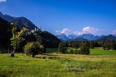 Der Schwangau bei Füssen im Allgäu mit Schloss Hohenschwanstein