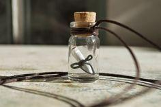 La moda delle bottigliette di vetro come pendenti e gioielli: Il mini messaggio in bottiglia Ultimamente sta andando molto di moda l'utilizzo di pendenti ricavati da bottigliette di vetro. Tali boccette (ancora da confezionare o già confezionate)  si possono acquistare a caro prezzo su internet.
