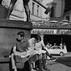 Ihmisiä istumassa Kolmen sepän patsaan juurella. Helsingin kaupunginmuseo Volker von Bonin 1968