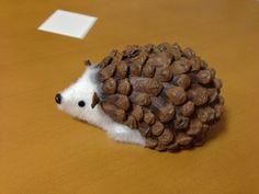可愛い子を見つけました! 松ぼっくりで作られているハリネズミくんです。 なんと愛らしいのでしょう。 撫でると、松ぼっくりの固さが・・・ よく作ってるなぁ~と感心します。 お友達にリスとキノコがいます。 あまり触れると壊れちゃいそうなので、ケー... Christmas Pine Cones, Easy Christmas Crafts, Fall Crafts, Diy And Crafts, Crafts For Kids, Arts And Crafts, Diy Christmas Ornaments, Pine Cone Art, Pine Cone Crafts