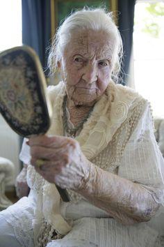 PR-Bild Award 2014 : Der Spiegel der alten Dame Eine 99-jährige Dame blickt in den Spiegel. Zuvor wurde sie von Auszubildenden des Pflegeanbieters Pflege LebensNah in Rendsburg zurecht gemacht. Dieses Bild aber symbolisiert für den Kunden viel mehr: Würde im Alter und wie sie bewahrt werden kann. Und es lässt Spielraum für Fantasie: Was sieht die alte Dame in ihrem Spiegelbild?