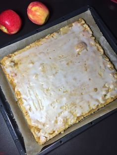Covered apple pie cake from the plate - Backen - Kuchen Ice Cream Recipes, Pie Recipes, Apple Pie Cake, Gateaux Cake, Shortcrust Pastry, Cinnamon Cream Cheese Frosting, Cake Cover, Pumpkin Spice Cupcakes, Food And Drink