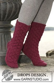 "DROPS socks in ""Karisma Superwash"" or ""Merino"" with diamond pattern. ~ DROPS Design"