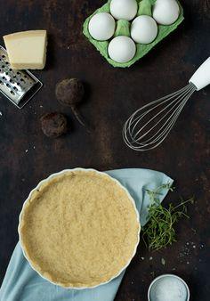 Det er nemt at bage egen tærtedej. Den her opskrift viser hvordan du enkelt laver din egen tærtedej, som du kan fylde med alverdens lækre fyld.