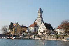 #Wasserburg am #Bodensee ist einer der beliebtesten Urlaubsort am See. Weltberühmt ist diese Ansicht der historischen Halbinsel mit Pfarrkirche, Pfarrhaus und Museum im Malhaus.