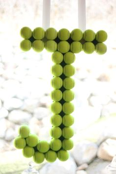Use tennis balls to make the initial of the birthday celebrant as a decoration. Perfect for tennis enthusiasts! Tennis Cake, Tennis Party, Golf Party, Sports Party, Men Party, Tennis Clubs, Sport Tennis, Play Tennis, Tennis Serve