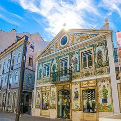 Os 7 painéis de azulejos mais bonitos de Portugal | VortexMag Places In Portugal, Douro, Tile Design, Places To Travel, Mansions, House Styles, Home Decor, Lisbon, Travel Tips