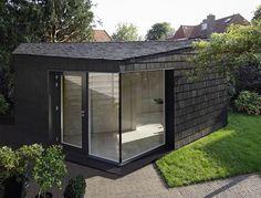 Serge Schoemaker Architects heeft in Bussum een kleine, sculpturale tuinstudio gerealiseerd.