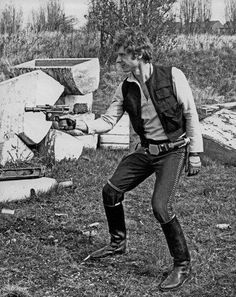 A cool collection of rare Star Wars pictures taken behind the scenes of one of the biggest (and best) movies of all time. Featuring Harrison Ford, Carrie Fisher, George Lucas and the rest of the gang, the rare photos are. Star Wars Love, Star Trek, Star Wars Art, Harrison Ford, Images Star Wars, Star Wars Pictures, Crazy Pictures, Random Pictures, Blade Runner