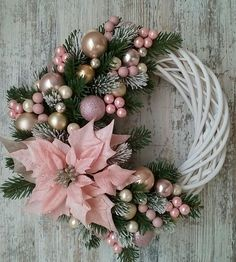 Learn How To Make This Simple Christmas Wreath Time To Halls . Learn how to make this simple Christmas wreath, time to decorate the halls and . Decoration Evenementielle, Decoration Christmas, Christmas Wreaths To Make, Holiday Wreaths, Simple Christmas, Christmas Ornaments, Christmas Christmas, Diy Christmas Projects, Diy Christmas Door Decorations