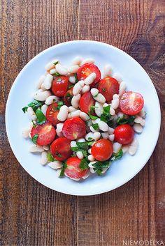Sałatka z białą fasolą, pomidorkami koktajlowymi i natką pietruszki. White beans and cherry tomato salad with cilantro
