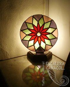 Lampara Mandala de 37 piezas realizada por Gisela Cerva. http://tallerescaleracaracol.com/artes-del-fuego/tiffany/