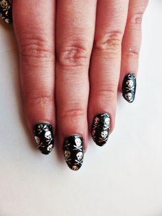 Siirtofoliot alk. 1,50€ www.berylli.fi  #kynnet #kynsikoristelu #kynsitaide #nail #art #nailart #fashion #beauty #kauneus #muoti #black #musta #pääkallo #skull #halloween