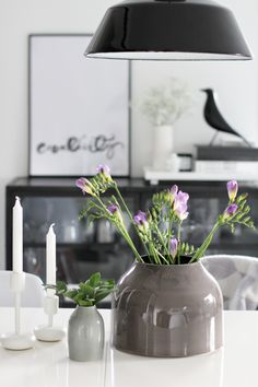 Styling with flowers and Eames house bird Deco Floral, Floral Design, Scandinavian Interior, Interior Design Inspiration, Interior Styling, Interior And Exterior, Sweet Home, House Design, Table Decorations