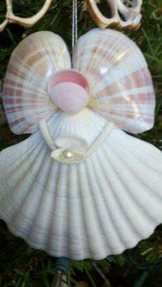 21 Beautifully Ingenious Sea Shell Projects To Consider On Your Next Walk By The. - 21 Beautifully Ingenious Sea Shell Projects To Consider On Your Next Walk By The Beach Seashell Art, Seashell Crafts, Beach Crafts, Starfish, Diy Crafts, Seashell Christmas Ornaments, Christmas Crafts, Diy Ornaments, Christmas Tree
