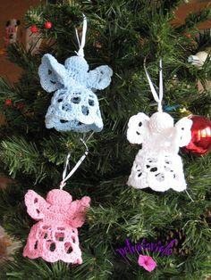 Angeli realizzati ad uncinetto da appendere all' albero di Natale o da usare come bomboniere. Da acquistare su Misshobby.com