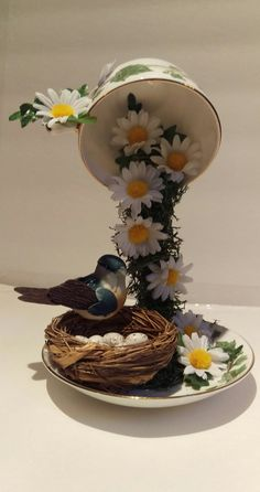 O Lado de Cá: Como fazer uma Cascata de flores em xícara para decoração Wie man eine Kaskade von Blumen in einer Tasse zur Dekoration macht Tea Cup Art, Tea Cups, Easter Crafts, Christmas Crafts, Cup And Saucer Crafts, Floating Tea Cup, Teacup Crafts, Diy Vintage, Diy Ostern
