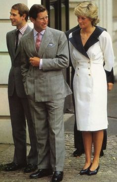 Diana, Charles and Edward outside Clarence House on the occasion of the Queen Mother's birthday Prince Harry And Meghan, Prince And Princess, Princess Of Wales, Princess Diana Fashion, Princess Diana Pictures, Charles And Diana, Prince Charles, Duchess Of York, Duke And Duchess