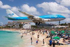 Aviões passam perto da Praia de Saint Martin!  Os aviões passam rasantes pelas praias, por conta da proximidade do Aeroporto Internacional Princess Juliana. Como a pista é curta, somente 2.180 metros, os pilotos são obrigados a pousar rapidamente e passam mesmo bem perto dos banhistas.