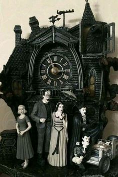gothic decor Now that is a coo coo clock I could get behind! Dark Side, Arte Black, Genius Ideas, Radio Antigua, Horror Decor, Gothic Bedroom, Goth Home, Gothic Furniture, The Munsters