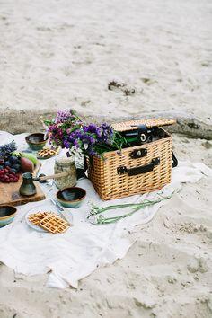Breakfast on a beach / Marta Greber