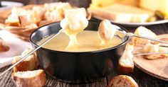 Apesar de o fondue ser a comida queridinha das pessoas no inverno, muita gente acaba deixando a vontade de lado, já que os preços dos ingredientes (que são muitos!) são bem salgados.Para resolver esse problema e se deliciar com as combinações de fondue doce e salgado nesse friozinho, confira alguma