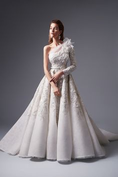 A beautiful collection of wedding and evening dresses in 2017 by Lebanese fashion Alfazairy home. As always in the works Atelier Alfazairy designer brand is viewed is incredibly luxurious and… Country Wedding Dresses, Dream Wedding Dresses, Bridal Dresses, Wedding Gowns, Gala Dresses, Evening Dresses, Wedding Dress Sketches, Creation Couture, Haute Couture Dresses