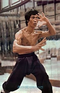 Bruce Lee in the classic Enter the Dragon Bruce Lee Fotos, Bruce Lee Art, Bruce Lee Martial Arts, Bruce Lee Body, Kung Fu, Steven Seagal, Martial Arts Movies, Martial Artists, Chuck Norris
