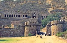 One of the most haunted places in India, this fort is located at the border of Sariska Tiger Reserve in Rajasthan. Built in the century, this place is feared so much that villages don't settle down near it. Most Haunted Places, Spooky Places, Spooky World, Body Farm, Archaeological Survey Of India, Eastern State Penitentiary, Highgate Cemetery, The Catacombs, Visit California