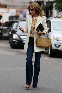 Trinny Woodall like this casual look, boot cut jeans for pear silhuette