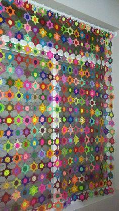 Renkli motiflerden işlenilmiş örgü perde