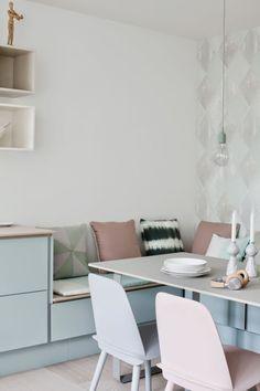 Schöne Essecke in der Küche mit Sitzbank und Pastellfarben