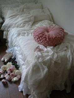 i love this pink velvet pillow