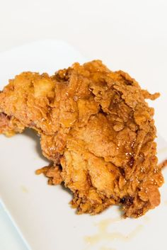 Here's A Mouthwatering Step-By-Step Guide To Making The Most Insanely Delicious Fried Chicken John Beshs Brathähnchen Cast Iron Fried Chicken, Best Fried Chicken Recipe, Perfect Fried Chicken, Crispy Chicken Recipes, Buttermilk Fried Chicken, Crispy Fried Chicken, Triple Dipped Fried Chicken Recipe, Fried Chicken Sandwich, Roasted Chicken