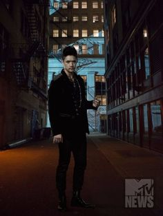 Shadowhunters Goes harry shum jr Back To Its Mortal Instruments Roots In Exclusive Season 2 Photos - MTV Shadowhunters Tv Series, Shadowhunters The Mortal Instruments, Idris Brasil, Shadowhunter Alec, Galera Record, Mathew Daddario, To The Bone Movie, Netflix, Magnus And Alec