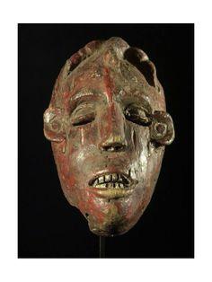 Très ancien masque caractéristique du style Ibo du Nigéria, un peu rude pour nos critères européens... Mais il faut parfois savoir s'attarder un peu sur l'art de cette ethnie qui réserve bien des surprises ! Bois tendre, dominante rouge, a été porté.