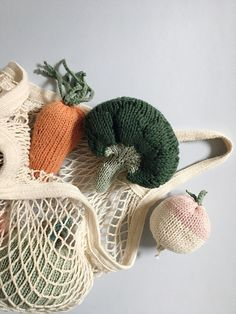 The basket of vegetables for soup contains a turnip, carrot, broccoli, dinette knit market game Toys For Us, Kids Toys, Furoshiki, Natural Toys, Imaginative Play, Baby Birthday, Handmade Toys, Educational Toys, Baby Knitting
