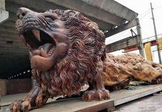 Un león tallado por 20 personas en un solo tronco