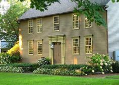 What Experts Are Saying About Low Maintenance Front Yard Landscaping Simple … - Modern Colonial Exterior, Colonial Style Homes, Colonial Garden, New England Homes, New England Style, Front House Landscaping, Landscaping Ideas, Backyard Landscaping, Backyard Designs