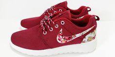 KOSTENLOSER VERSAND. Rote Nike Roshe laufen Frauen Sport Laufschuhe Damen Sportschuhe schwarz mit Stoff Blumen. Kostenloser Versand