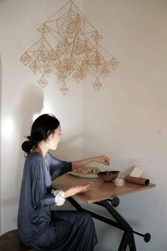 LA-based designer Momo Suzuki creates a himmeli mobile. Photograph by Jeana Sohn of Closet Visit. Turbulence Deco, Deco Originale, Auras, Diy Tutorial, Diy Projects, Crafty, Illustration, Mobiles Diy, Gold Mobile