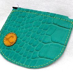Porte monnaie vert €8.40 Ce superbe porte monnaie de forme arrondi est en cuir de vachette pleine fleur verte aspect crocodile de grande qualité. Ce petit porte monnaie s'ouvre et se ferme par une fermeture éclair de couleur ... http://facebook.com/maroquinerieartisanalelasensationducuir/app/251458316228/?~~id=77352158&~~mode=product&~~ts=1486314355138