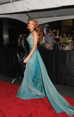 """Blake Lively Photos Photos - Blake Lively showcases her new auburn locks on the red carpet for the presitgious Time 100 Gala, held at the Frederick G Rose Hall in New York City. Dressed in a stunning turquoise gown, the """"Gossip Girl"""" star showed she was bang on-trend with a """"dagger nails"""" manicure. The event showcased Time magazine's 100 Most Influential People in the World. - Red Carpet of the Time 100 Gala"""
