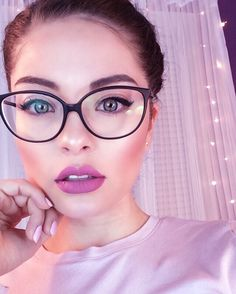 Cat Eye Glasses build your personality and boosts confidence in you. If you are looking to stand out in crowd then Cat Eye Glasses is a must. Fashion Eye Glasses, Cat Eye Glasses, Makeup With Glasses, Cute Glasses, Girls With Glasses, Big Glasses Frames, Makeup Trends, Makeup Tips, Wearing Glasses