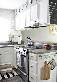 #CasasAMP en los laterales de los muebles tenemos pequeñas paredes que nos ayudarán a guardar y trabajar en nuestra cocina, como en ésta idea que nos encontramos con una mini pared y una barra para colgar cosas.