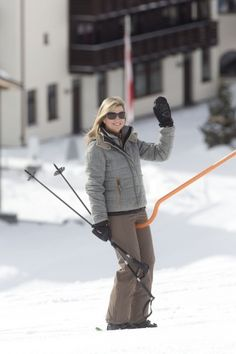 Máxima wears a sporty snow-proof outfit. Click on the image to see more looks.