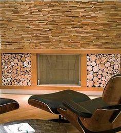 No living, o canto da lareira ganhou uma parede com revestimento de imbuia em forma de canjiquinha