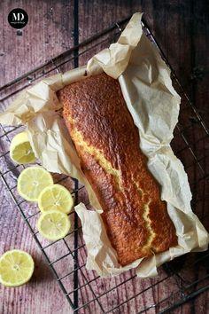 Proste i szybkie ciasto cytrynowe, które przygotujecie bez użycia miksera. Mięciutkie, wilgotne, sprężyste. Idealne do popołudniowej kawki. Idealne, kiedy mają zjawić się niespodziewani goście. Ciasto piekę w standardowej keksówce, ale sprawdzi się również forma na babkę (czas pieczenia może wówczas ulec zmianie). Z kolei z połowy porcji możecie upiec Cytrynowe Muffiny :) Ciasto cytrynowe posypuję cukrem… Dessert Drinks, Desserts, Pavlova, No Bake Cake, Smoothies, French Toast, Sweet Treats, Food And Drink, Sweets