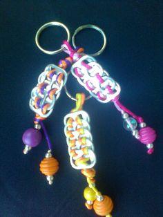 llaveros hechos con latas y chapitas de refresco. Muy Fácil. Soda Tab Crafts, Can Tab Crafts, Bottle Cap Crafts, Crafts To Make, Can Tab Bracelet, Bracelet Making, Jewelry Making, Diy Bracelet, Recycled Jewelry