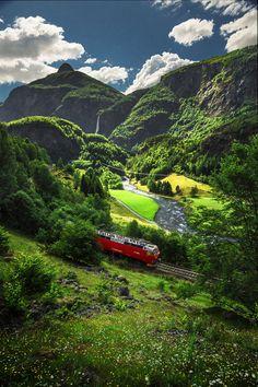 Ferrovia Flåm. Uma incrível jornada de trem da estação na montanha em Myrdal, na ferrovia Bergen, até a estação Flåm, aninhada no interior de Aurlandfjord, Noruega.